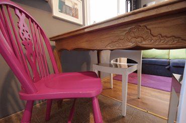 stol inkrustacja ornament 370x246 - CZTERY ŁAPY