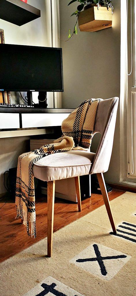 krzeslo tapicerowane muszelka 471x1024 - KRZESŁO PRL - EFEKTOWNA METAMORFOZA MUSZELKI
